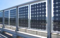 Ein transparentes Brückengeländer mit zweiseitigen Solarzellen