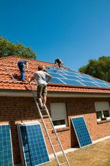 Ein Bautrupp von Solarteuren während der Photovoltaik Montage