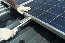Photovoltaik Montage eines Generators auf Unterbau